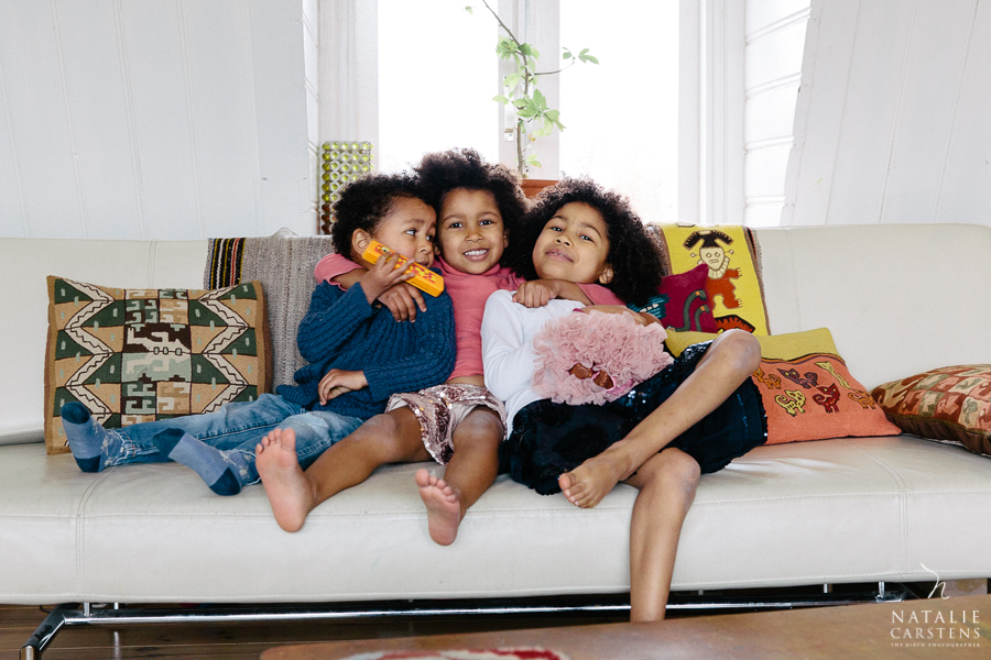 three siblings hugging on the sofa | Photographer: Natalie Carstens, nataliecarstens.com