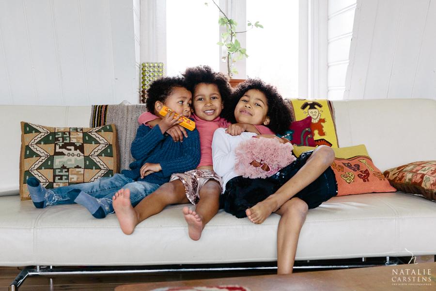 three siblings hugging on the sofa | Photographer: Natalie Carstens, nataliecarstens.com