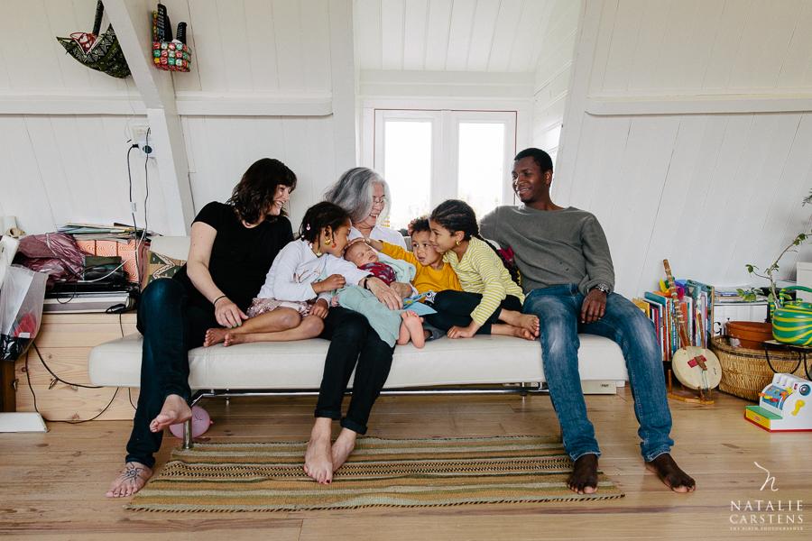 all the family on the sofa with grandma | Photographer: Natalie Carstens, nataliecarstens.com