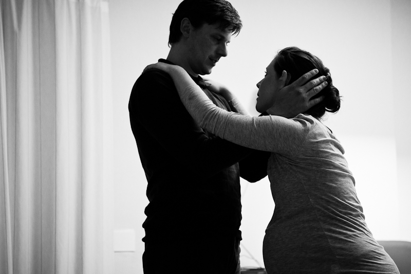 An emotional moment between mother and father during labour. Support during labour and childbirth. Birth Story Photography by Natalie Carstens #nataliecarstensphotographer #birth #childbirth #labour #hospitalbirth #reinierdegraaf #delft #geboorte