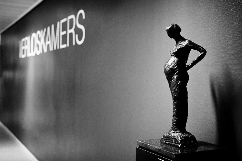 Pregnancy sculpture near the delivery rooms at Reinier de Graaf hospital in Delft. Birth Story Photography by Natalie Carstens #nataliecarstensphotographer #birth #childbirth #labour #hospitalbirth #reinierdegraaf #delft #geboorte #verloskamers