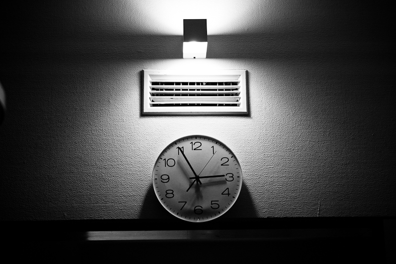 The clock. Documenting the passage of time. Maternity ward at Reinier de Graaf hospital, Delft. Storytelling birth photography. Birth Story Photography by Natalie Carstens #nataliecarstensphotographer #birth #childbirth #labour #hospitalbirth #reinierdegraaf #delft #geboorte