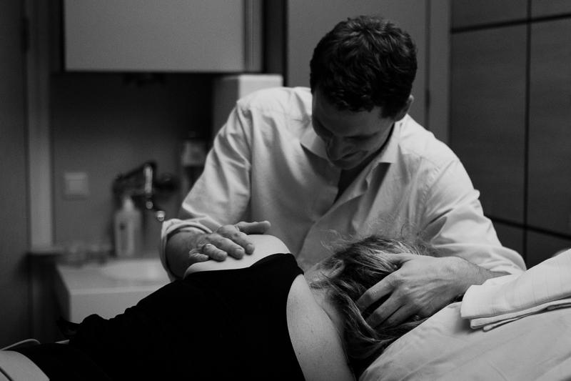 Support during labour and childbirth. Hospital birth under the care of TaraVerloskundigen (midwives) at Hagaziekenhuis, Den Haag. | Birth Story Photography by Natalie Carstens #nataliecarstensphotographer #birth #childbirth #labour #hospitalbirth #hagaziekenhuis #denhaag #geboorte