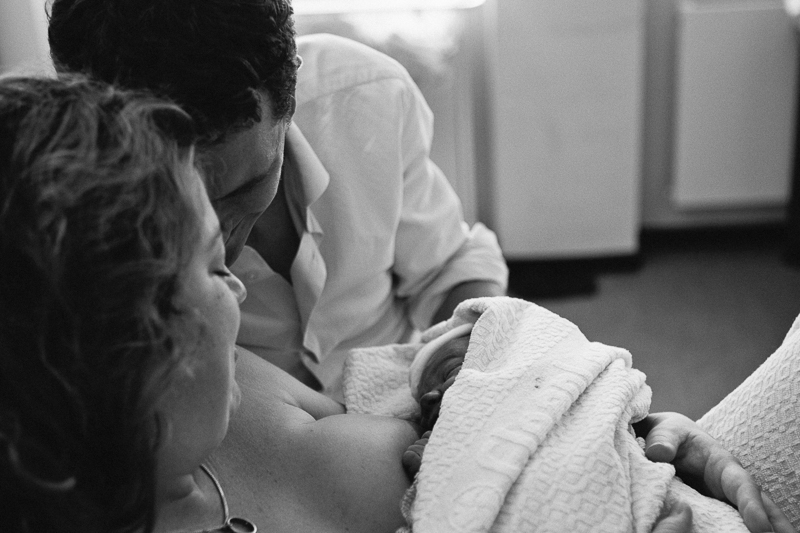 Brand new parents embrace their newly born son. Hospital birth at Hagaziekenhuis, Den Haag. | Birth Story Photography by Natalie Carstens #nataliecarstensphotographer #birth #childbirth #labour #hospitalbirth #hagaziekenhuis #denhaag #geboorte