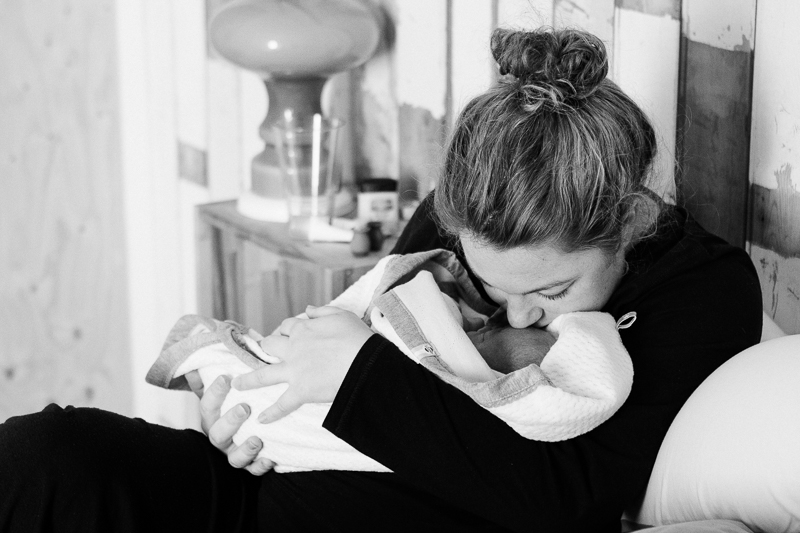 First moments at home after hospital birth. | Birth Story Photography by Natalie Carstens #nataliecarstensphotographer #birth #childbirth #labour #hospitalbirth #hagaziekenhuis #denhaag #geboorte