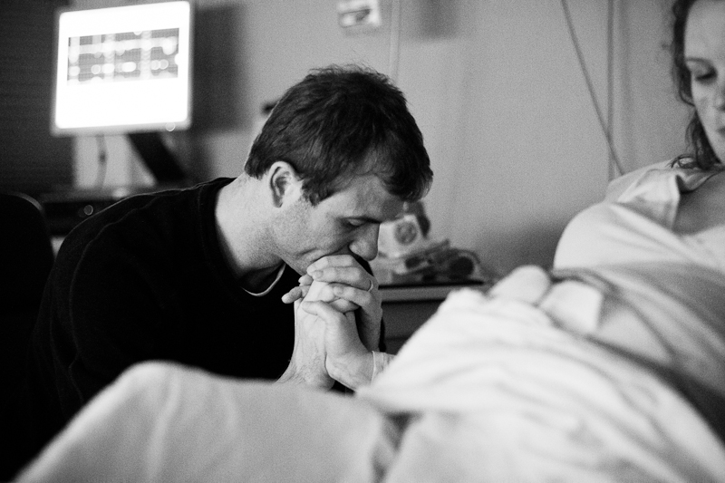 Mother and Father during labour. Hospital birth under the care of midwives and a doula at Reinier de Graaf, Delft | Birth Story Photography by Natalie Carstens #nataliecarstensphotographer #birth #childbirth #labour #hospitalbirth #reinierdegraaf #delft #geboorte