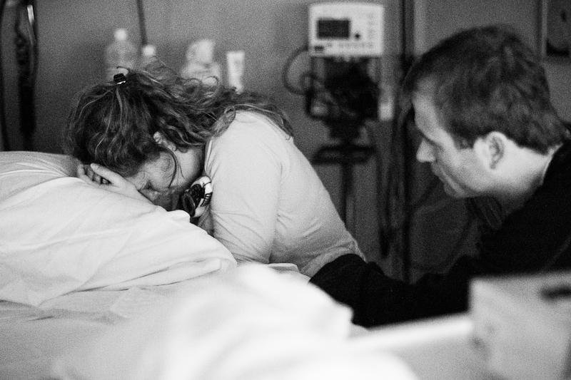Second time parents during labour. Hospital birth under the care of midwives and a doula at Reinier de Graaf, Delft | Birth Story Photography by Natalie Carstens #nataliecarstensphotographer #birth #childbirth #labour #hospitalbirth #reinierdegraaf #delft #geboorte