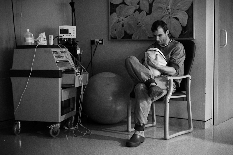 A father has a quiet moment with his newborn daughter | Birth Story Photography by Natalie Carstens #nataliecarstensphotographer #birth #childbirth #labour #hospitalbirth #csection #c-section #caesarean #reinierdegraaf #delft #geboorte